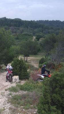 Motos circulant dans la montagnette près de l'abbaye de Frigolet, en juin 2018, dans la plus totale illégalité